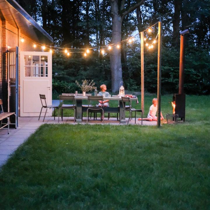Verlicht terras met haard bij een vakantiehuis