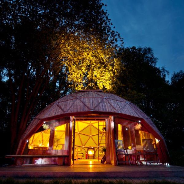 Verlichte dome in de avond