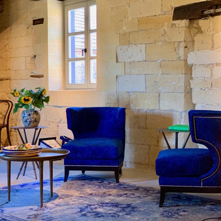 Blauwe fauteuils in de ontvangstruimte van het boutique hotel