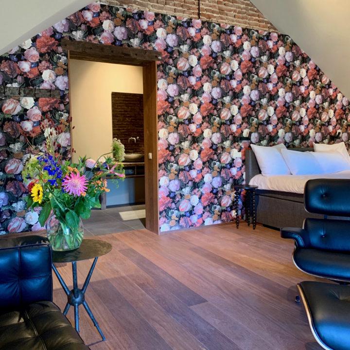 Suite in het boutiquehotel met bloemenbehang