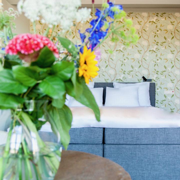 Bloemen op de hotelkamer