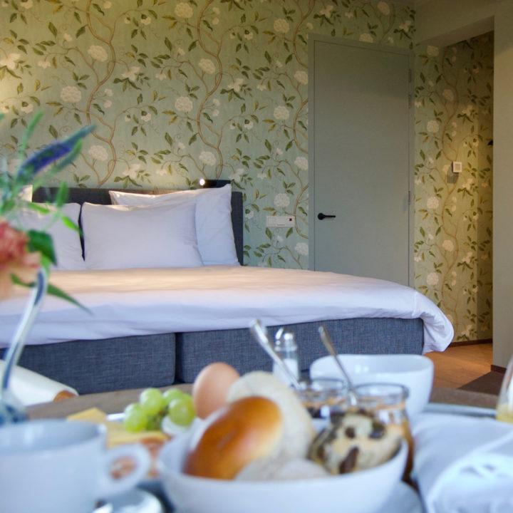 Ontbijt in een van de hotelkamers