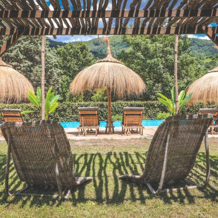 Ligbedden en parasols aan de rand van het zwembad