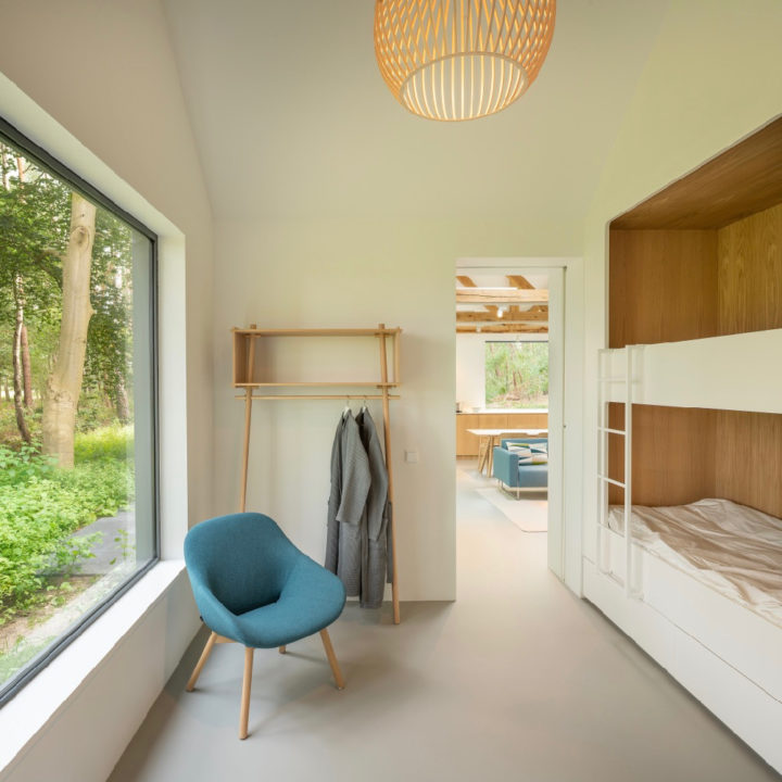 Slaapkamer met ingebouwd stapelbed en groot raam