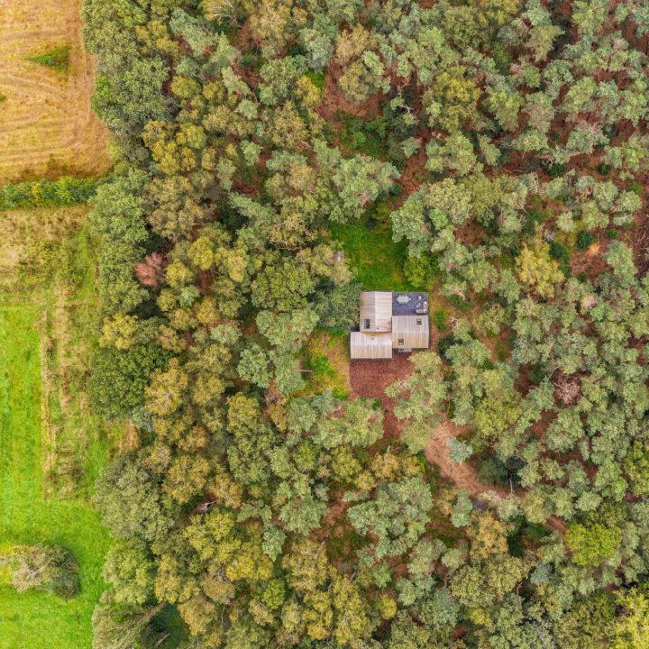 Vakantiehuis in het bos, gezien vanuit de lucht