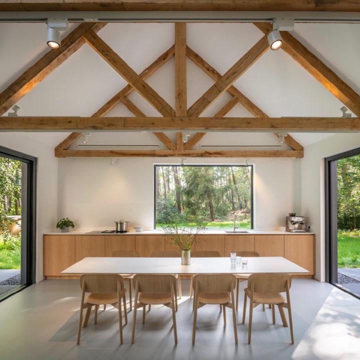 Eethoek met open keuken, hoog plafond met stoere balken