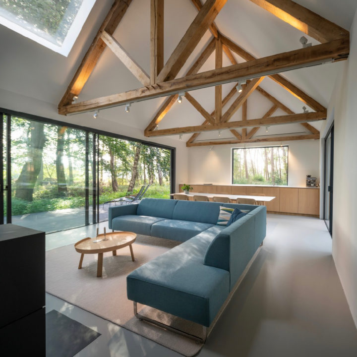 Ruime open woonkamer met metershoge ramen