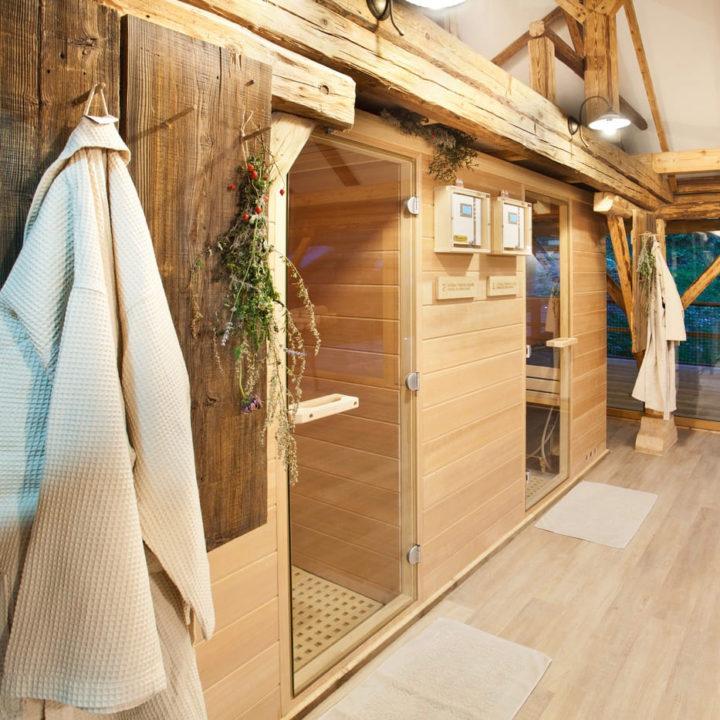 Sauna's en badjassen bij resort in Slovenië