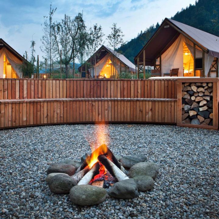 Vuurtje bij glamping resort