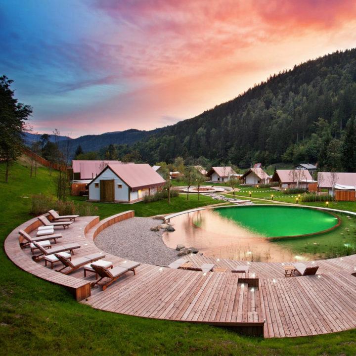 Zonsondergang bij een glamping adres in Slovenië