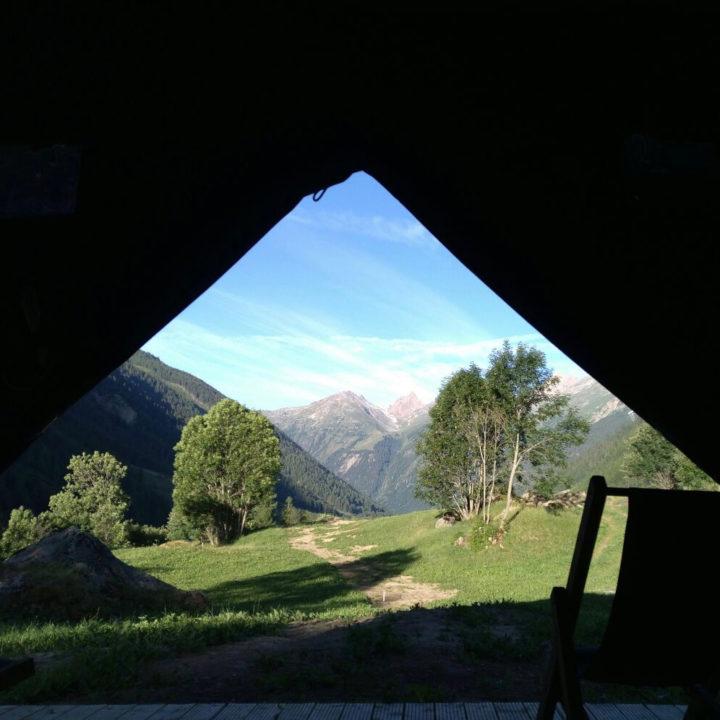 Zicht vanuit een safaritent op de bergen van Wallis