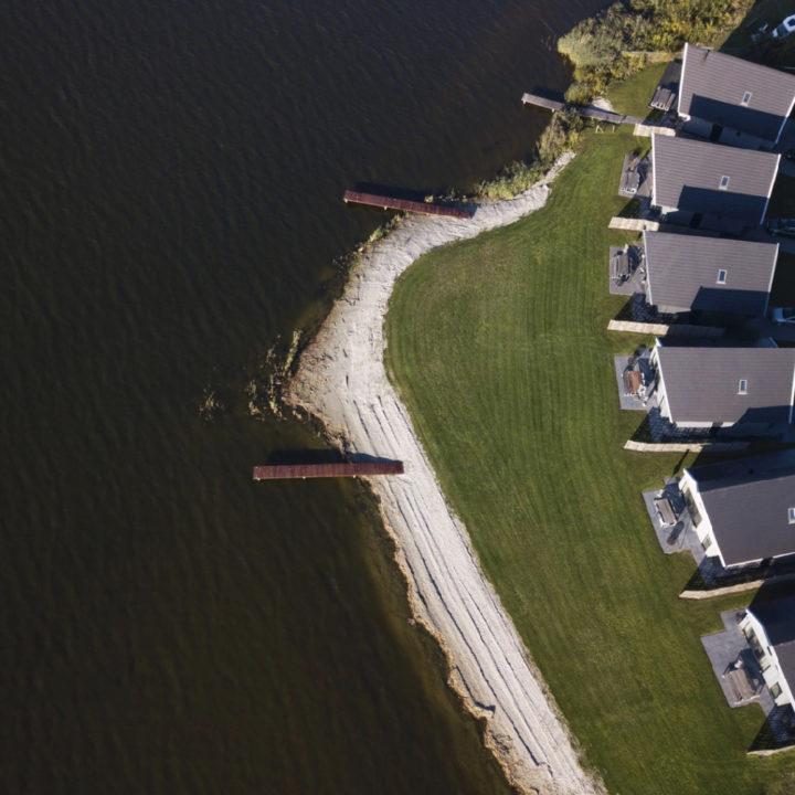 Vakantievilla's aan het meer, gezien vanuit de lucht