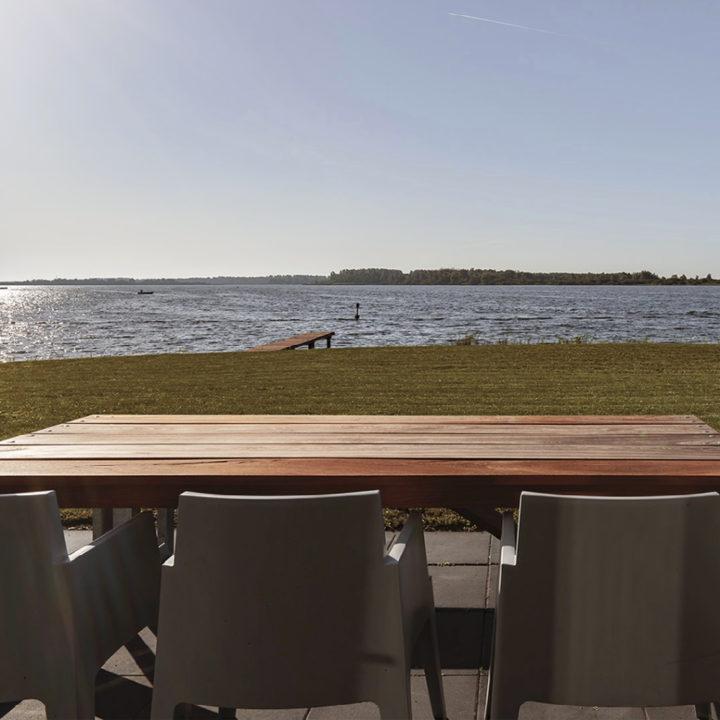 Zicht over het Lauwersmeer vanaf het terras van een vakantiehuis