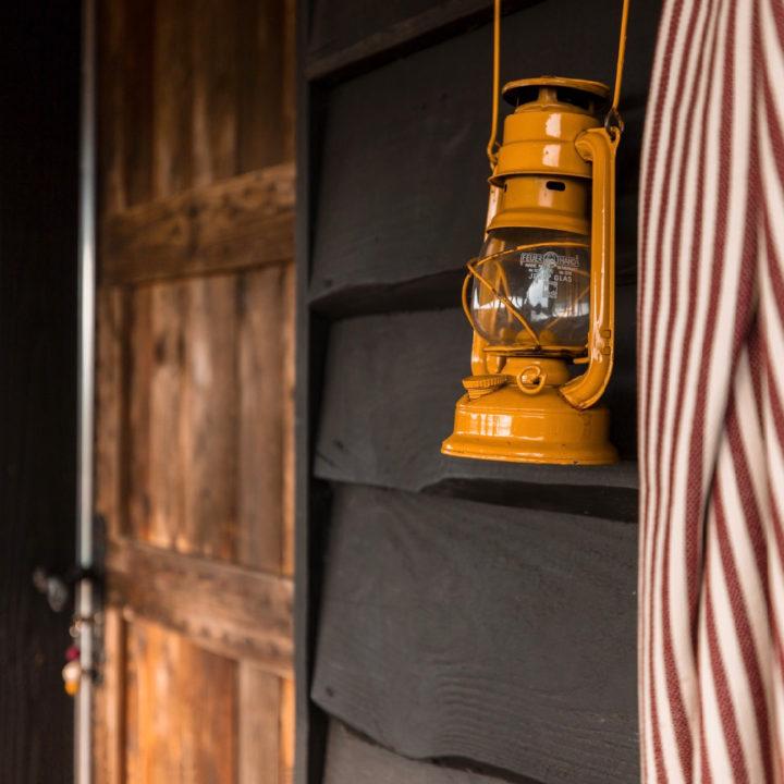 Gele olielamp aan de muur van het vakantiehuis