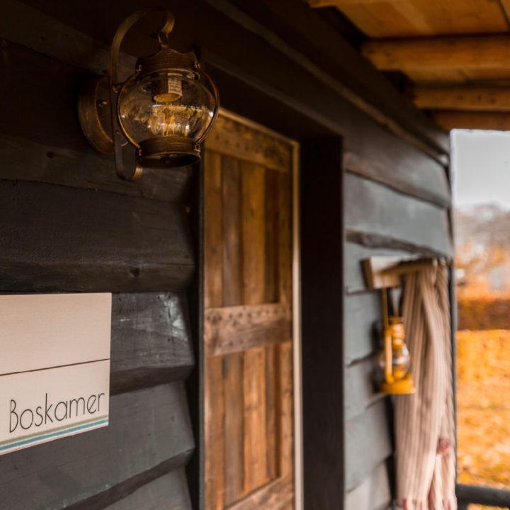 Bordje boskamer op een zwarte houten wand