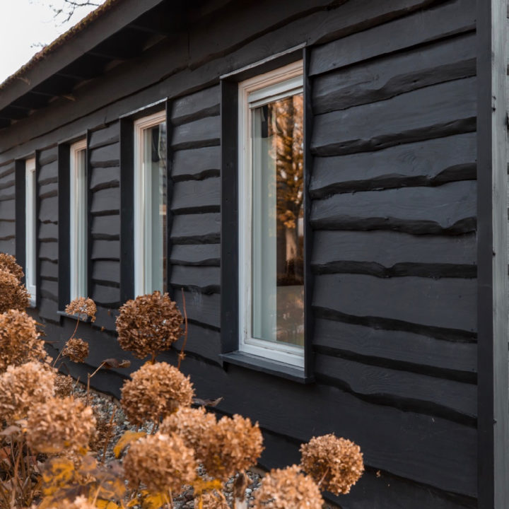 Zwart houten huisje
