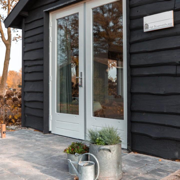 Openslaande deuren van een vakantiehuisje in de Achterhoek