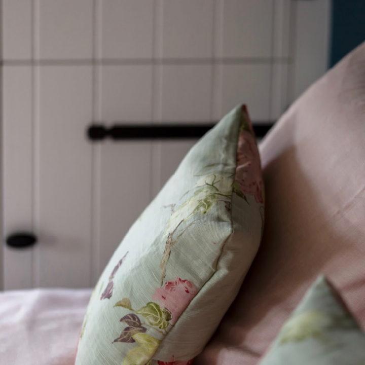 Romantische kussens op bed
