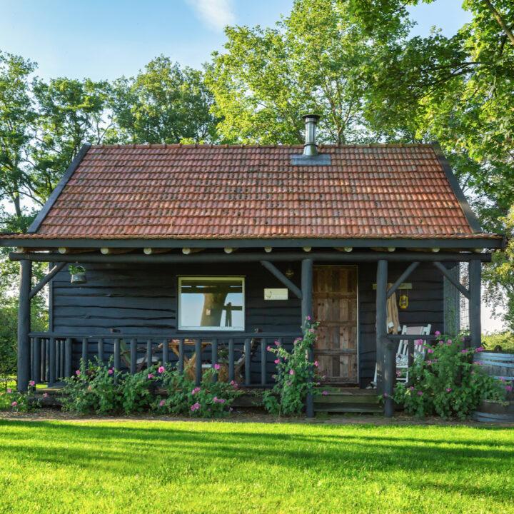 Zwart houten huisje in de Achterhoek