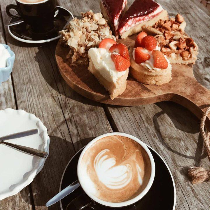 Koffie met een plank voor taartjes