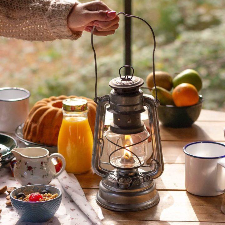 Olielampje op tafel bij het ontbijt