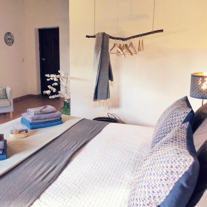 B&B kamer met mooi opgemaakt bed, stapeltje handdoeken