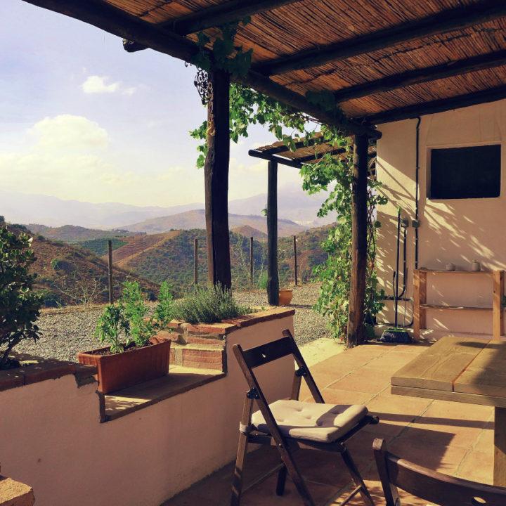 Terras met uitzicht over de bergen in Andalusië