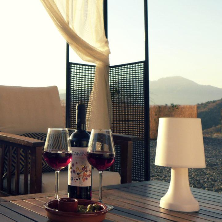 Wijntjes drinken bij zonsondergang in Andalusië