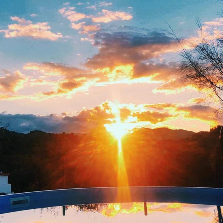 Zonsondergang weerspiegelt in het zwembad