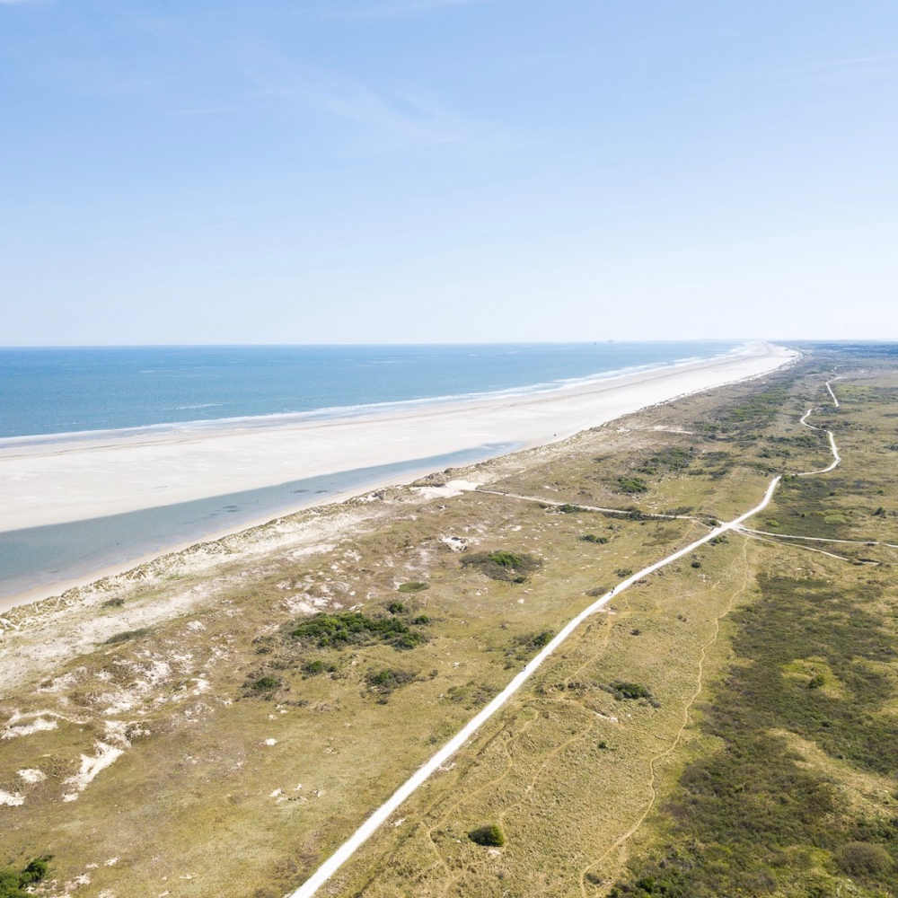 Langgerekt strand en duinen