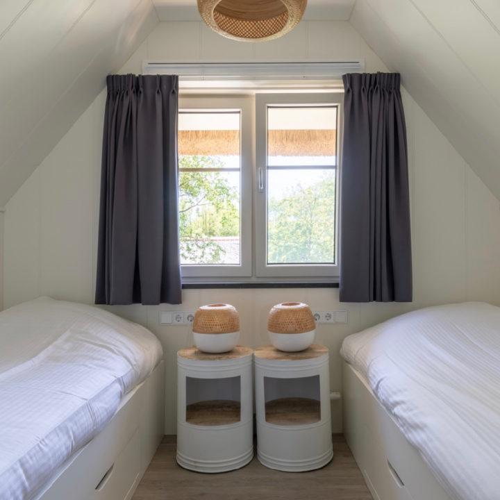 Slaapkamer met twee losse bedden op Ameland
