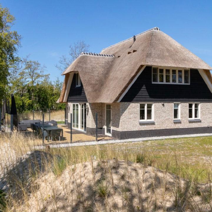 Vakantieboerderij met rieten dak op Ameland