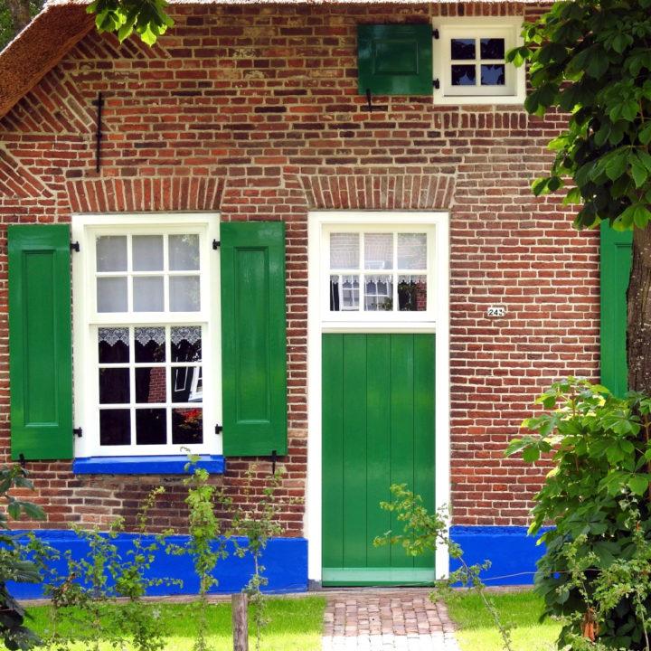Groene deur en luiken bij een boerderij in Staphorst