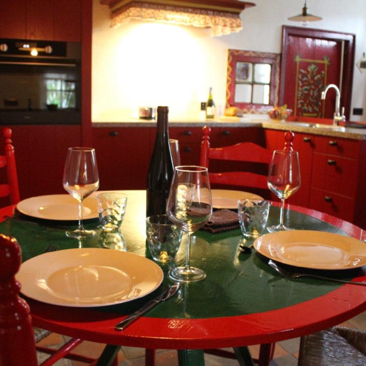 Gedekte tafel in de authentieke woonkeuken