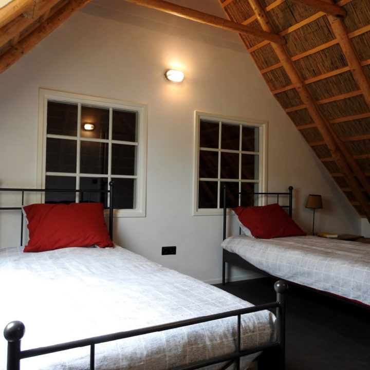 Twee losse bedden onder het schuine dak