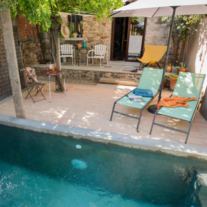 Zwembad in de tuin bij vakantiewoning Le Souquet