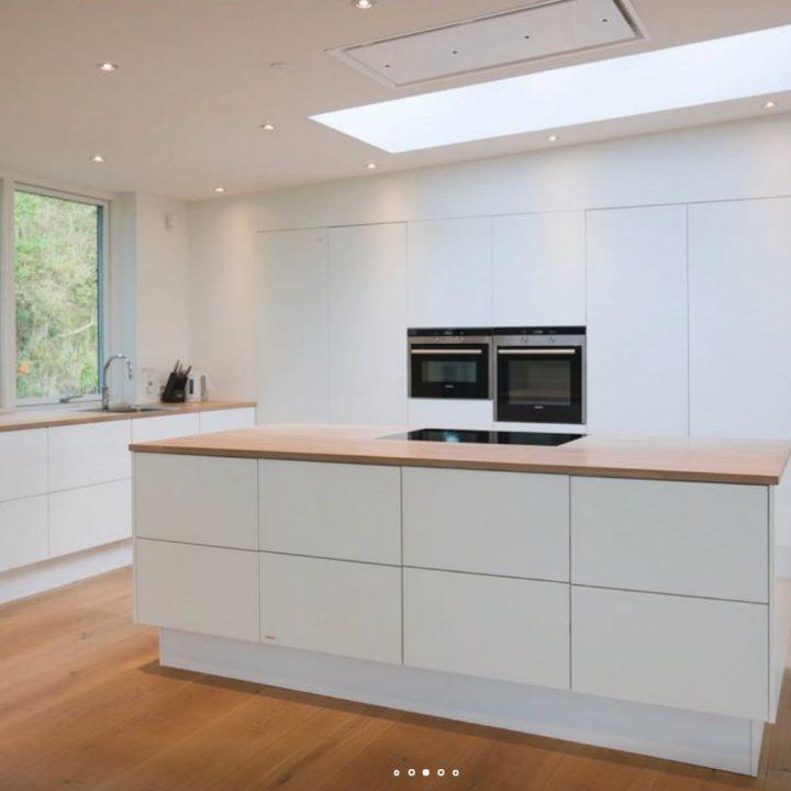 Witte strakke keuken zonder handgrepen