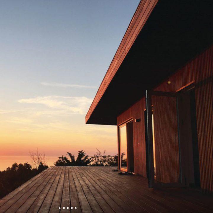 Zonsondergang bij het vakantiehuis, zijkant met groot terras en zeezicht
