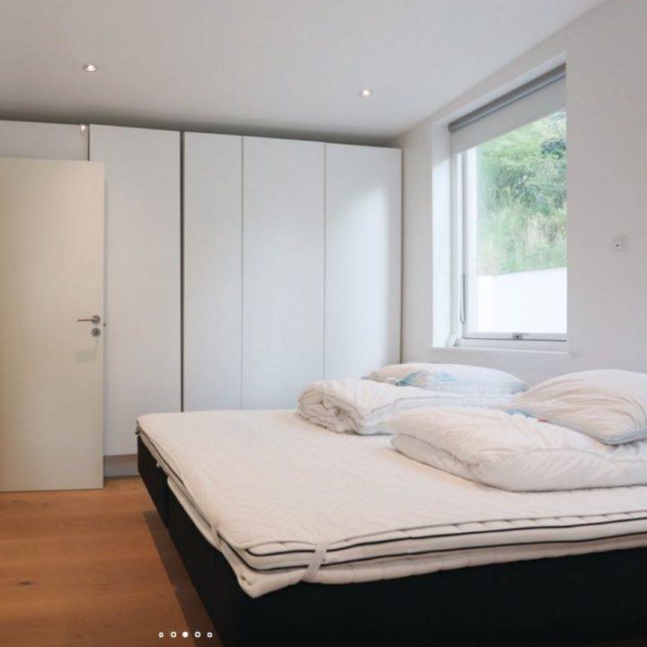Slaapkamer met wandkasten