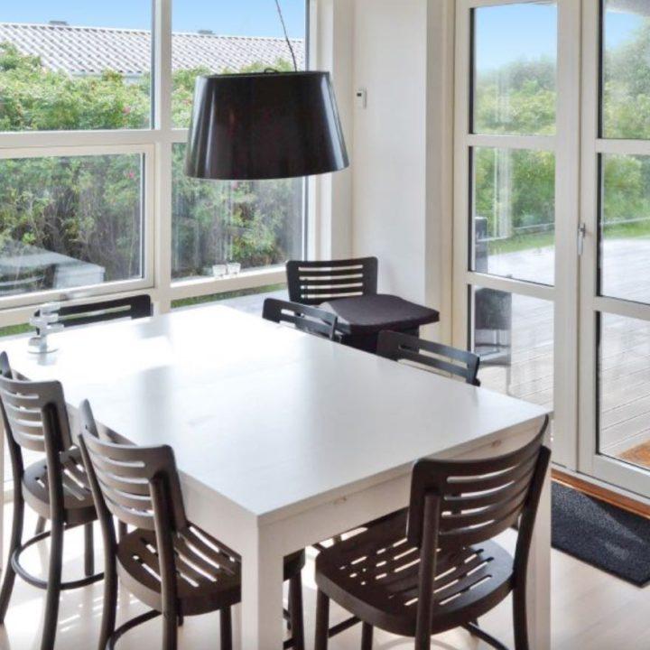 Witte eettafel met zwarte stoeltjes