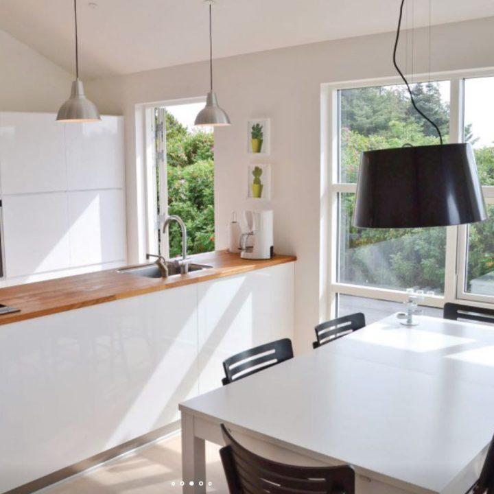 Licht valt door de ramen in de keuken