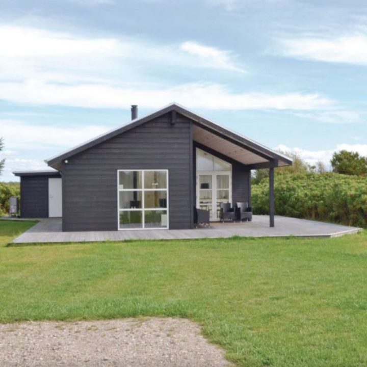 Vakantiehuisje in Denemarken, met groot grasveld ervoor