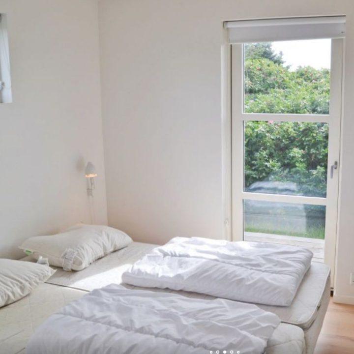 Slaapkamer met dekbedden op bed, in het vakantiehuis