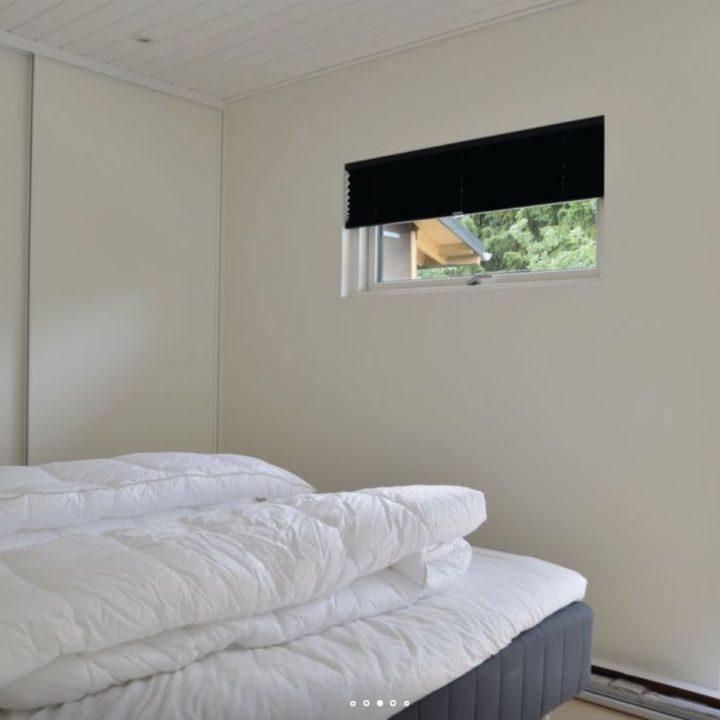 Opgestapelde dekbedden op bed in de slaapkamer van het vakantiehuis
