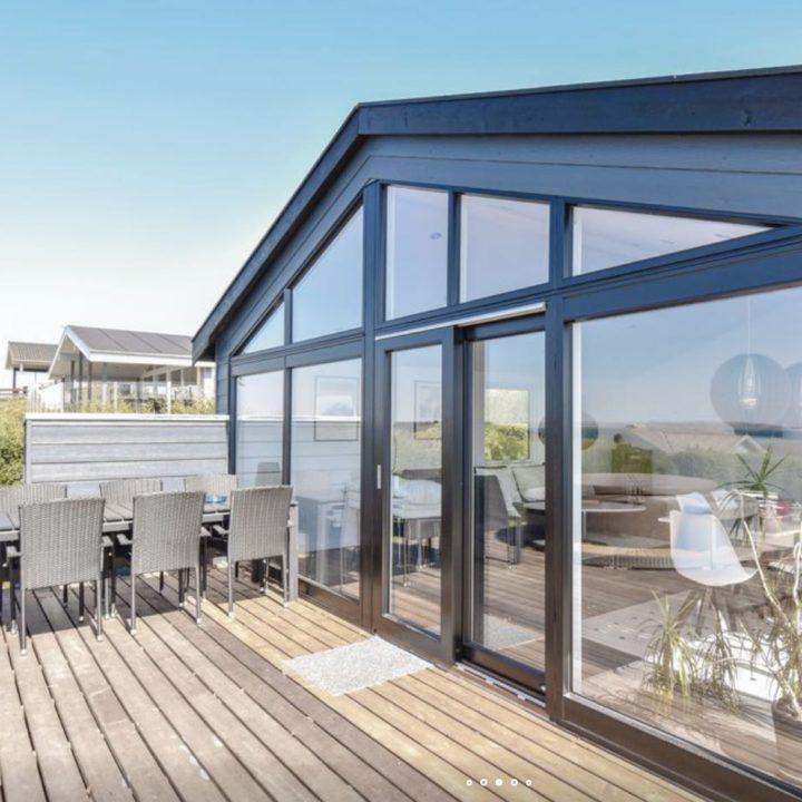 Glazen gevel in het vakantiehuis met een terras ervoor