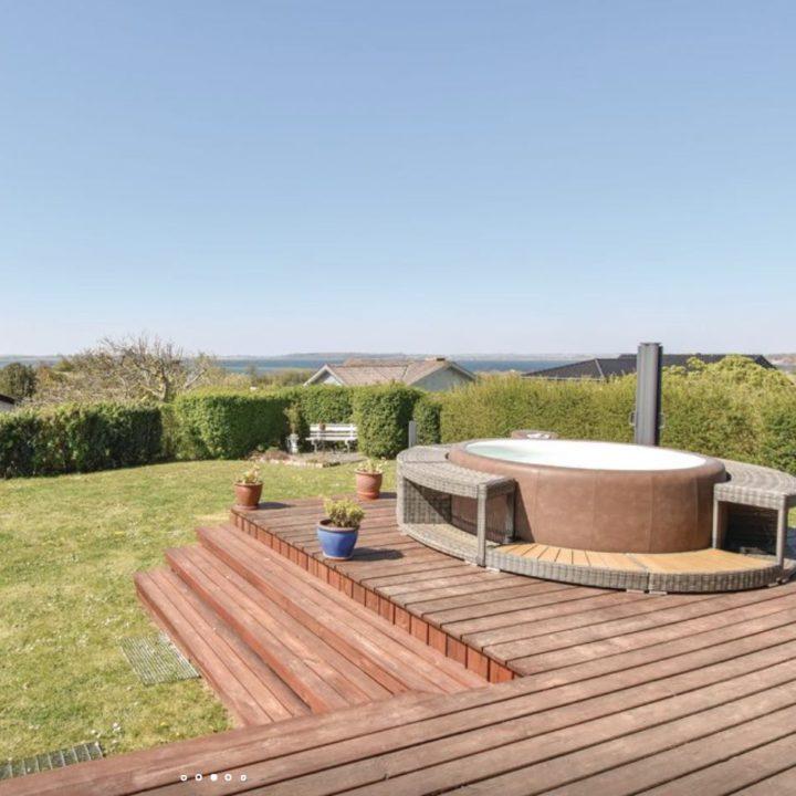 Jacuzzi in de tuin van het vakantiehuis met zicht op zee