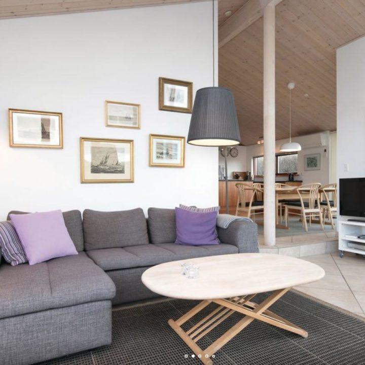 Zithoek en eethoek van een vakantiehuis in Denemarken