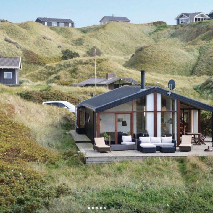 Verschillende vakantiehuisjes in de duinen aan zee in Denemarken