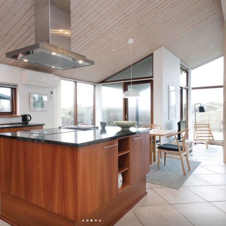 Kersenkleurige keuken in het vakantiehuis
