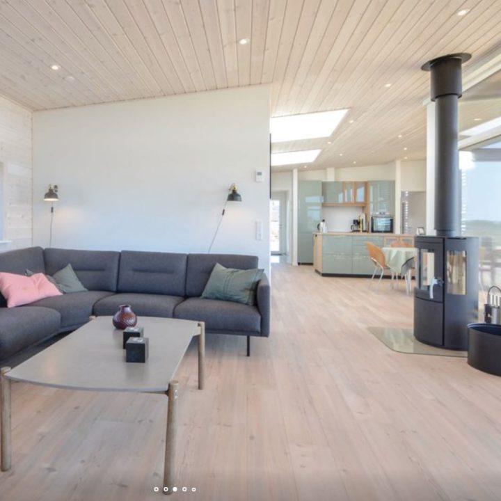 Hoekbank met houtkachel in een grote open ruimte in het vakantiehuis